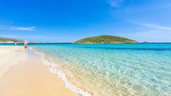 sipiaggia di sabbia bianca e mare turchese della Sardegna